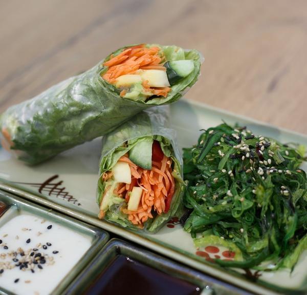 Veganer Teller mit Sommerrolle und Wakame-Salat (Seealgen-Salat)