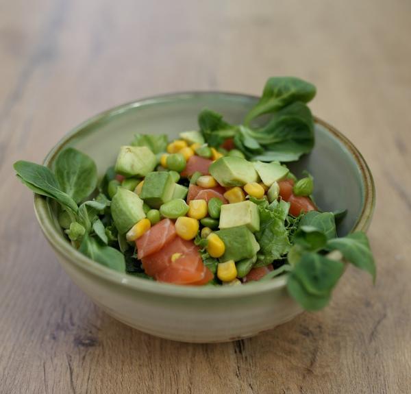 KAGI Bowl mit Salat, Sushireis, rohen Lachswürfeln, Avocado, Edamame und hausgemachter Spicy-Mayo-Sauce
