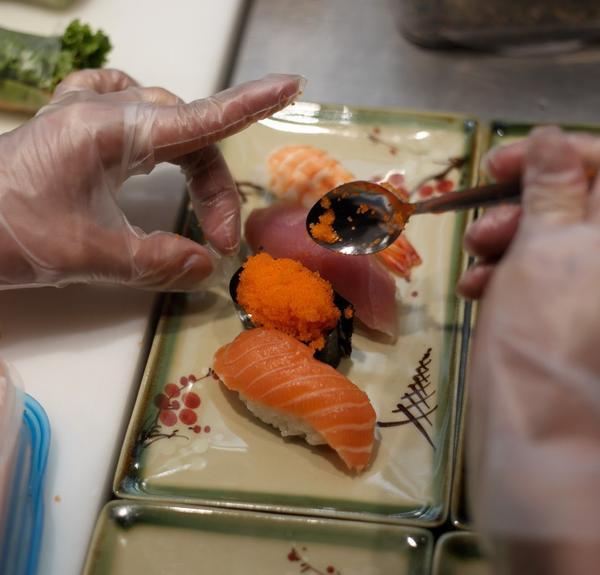 4 Nigiris auf einem Teller: Lachs - Thunfisch - Garnela - Masago (Fischrogen)