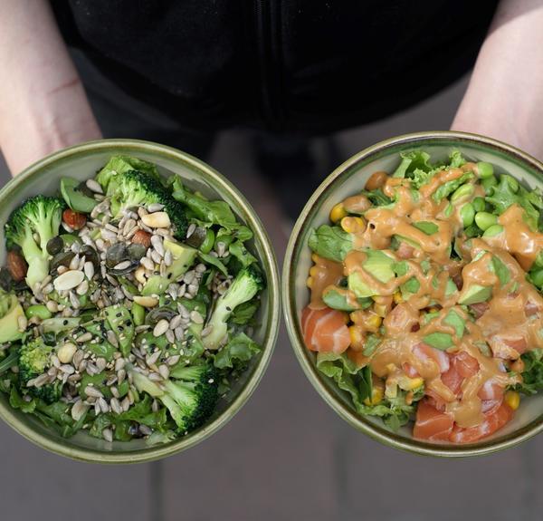 Vegane Triple-Green-Bowl (links) und KAGI-Bowl - Version mit Spicy-Mayo-Sauce (rechts)