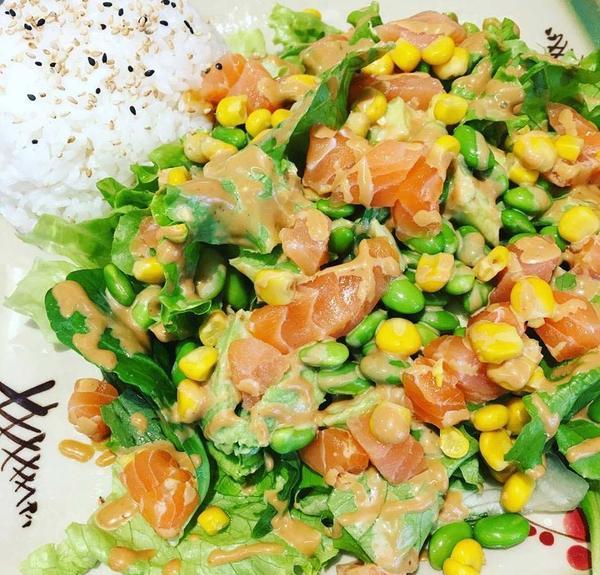 KAGI-Salat mit rohen Lachswürfeln und Spicy-Mayo-Sauce