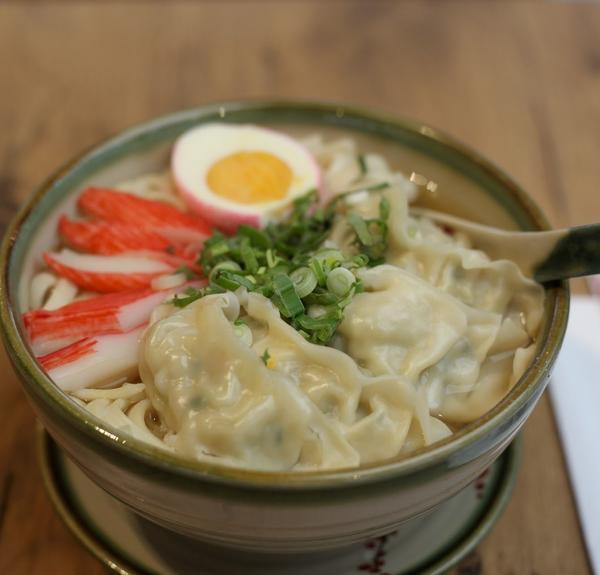 Unser Bestseller: Gyoza-Ramen: warme Nudelsuppe mit japanischen Teigtaschen (Huhn- und Gemüsefüllung) sowie Ei und Surimi (Krebsfleischimitat) in Miso-Brühe