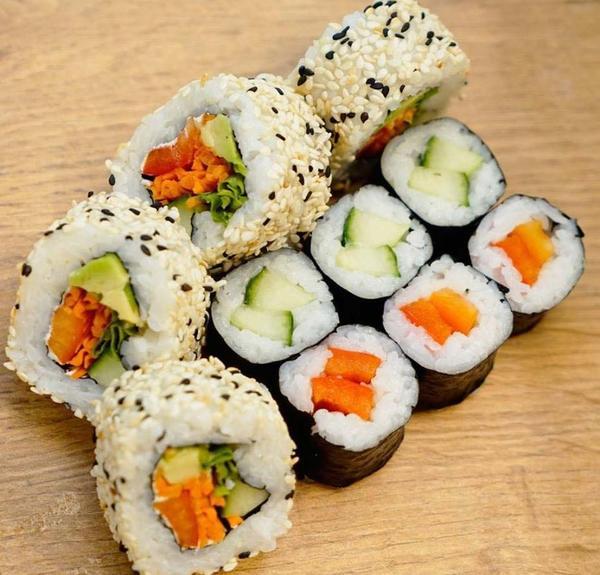 Vegetarisches Maki Sushi und Inside-Out mit Sesam