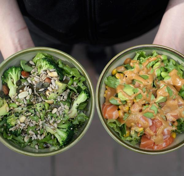 Vegane Triple-Green-Bowl (links) und KAGI-Bowl - Version mit Spicy-Mayo-Sauce (rechts)